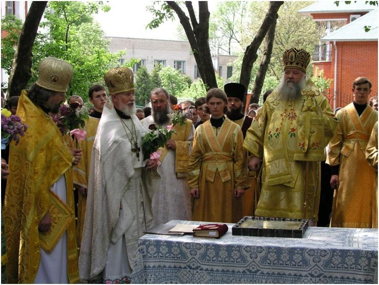 Богослужіння на подвір'ї семінарського храму. Трійця, 2001 р.