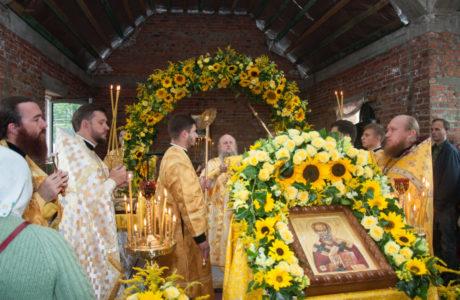 Єпископ Волинський і Луцький Нафанаїл звершив Божественну Літургію у Свято-Миколаївському храмі Луцька. ФОТО